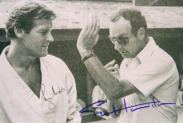 Der Regisseur am Rande eines James-Bond-Drehs mit 007-Darsteller Roger Moore.