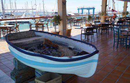 """Das """"El Club"""" in Can Pastilla: In diesem Holzboot wird dort Stockfisch gegrillt."""