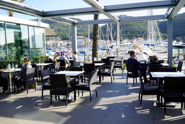 Die ruhige Seite des Hafens: die Cafetería Club de Vela Puerto de Andratx.