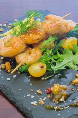 """Pikante Garnelenspieße gehören zu den Spezialitäten im """"Bazaar"""" an der Plaça Coll in Palma."""