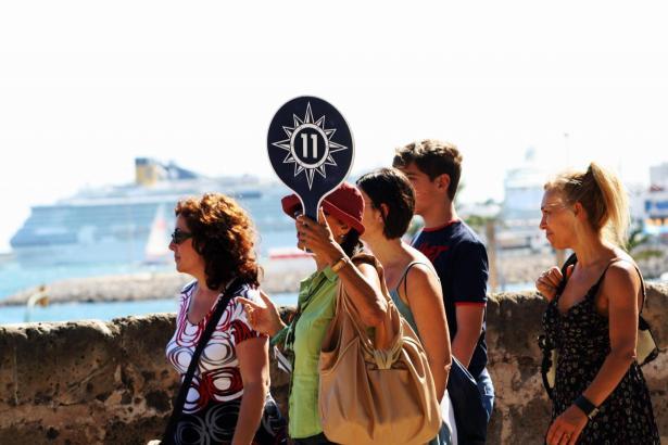 Kreuzfahrt-Touristen bei einer Führung auf der Stadtmauer von Palma unterhalb der Kathedrale.