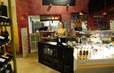 Tapas-Degustationsmenüs sind die Spezialität des 13 % in der Calle Sant Feliu.