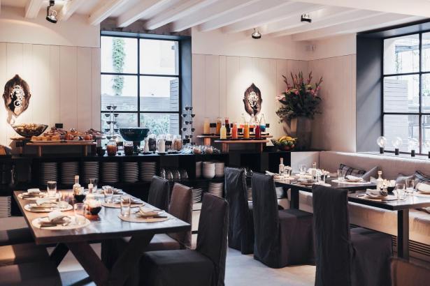 """Das elegante Restaurant """"Quadrat"""" ist mittags und abends geöffnet."""