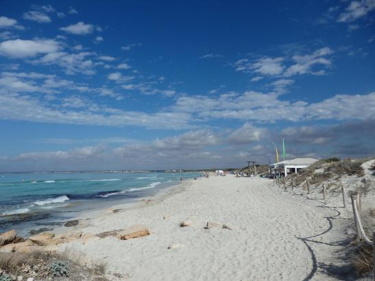 So lieben die Urlauber den Es-Trenc-Strand: türkisfarbenes Wasser und weißer Sand.