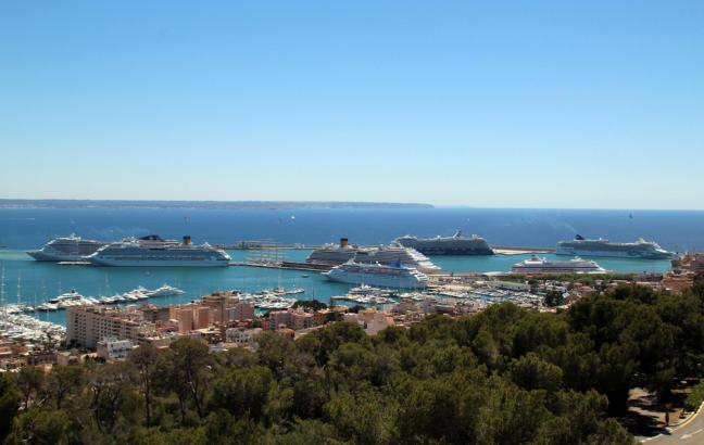 Neuer Rekord: Acht Kreuzfahrschiffen hielten am Dienstag im Hafen von Palma de Mallorca.