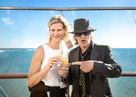 """Prost mit Eierlikör: Panik-Rocker Udo Lindenberg mit Wybcke Meier, CEO von TUI Cruises, am Wochenende auf der """"Mein Schiff 3""""."""