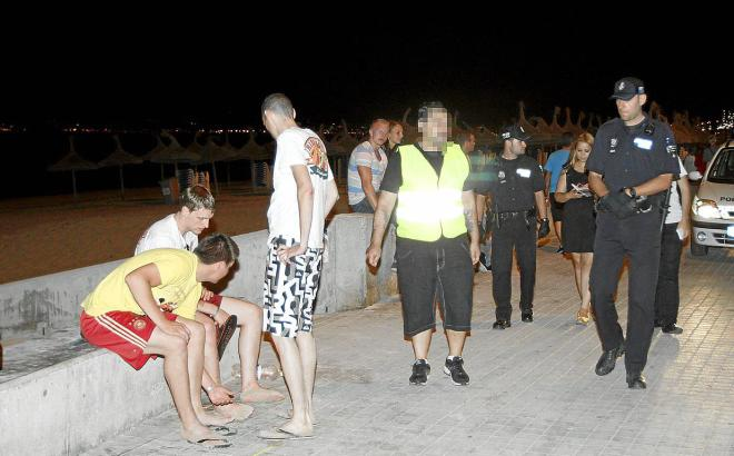 Das Archivfoto zeigt eine Polizeistreife an der Playa de Palma, die damit beschäftigt ist, die Einhaltung des Benimm-Regeln zu k