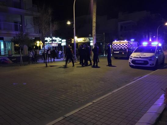 Das Archivfoto zeigt Beamte der Lokalpolizei von Palma de Mallorca bei einem Einsatz an der Playa de Palma.