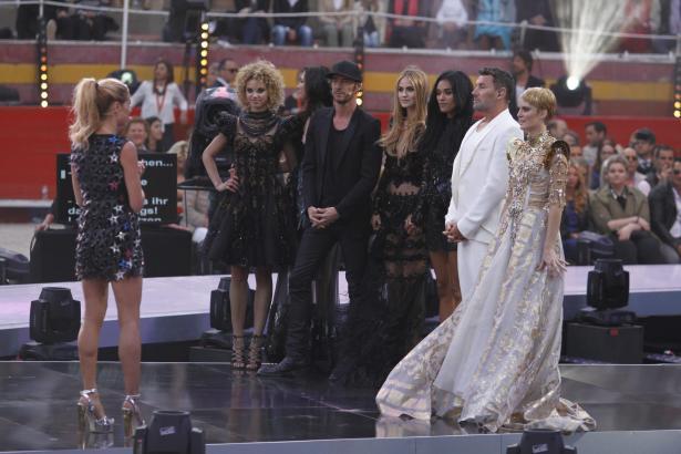 Heidi Klum mit den fünf Finalistinnen und ihren Mitjuroren