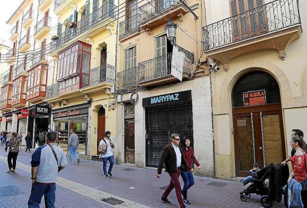Die Einwohner des Hauses in der Calle Sindicato im Herzen von Palma de Mallorca wurden evakuiert, das Schuhgeschäft im Erdgescho