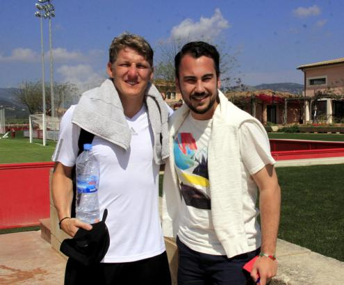 Bastian Schweinsteiger mit MM-Redakteur Patrick Czelinski auf Mallorca. Ein Interview lehnte der Sympathieträger freundlich ab,