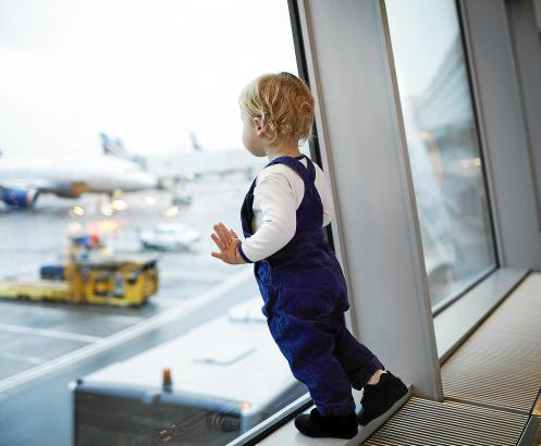 Eltern mit Kleinkindern können beim Fliegen nach wie vor Geld sparen