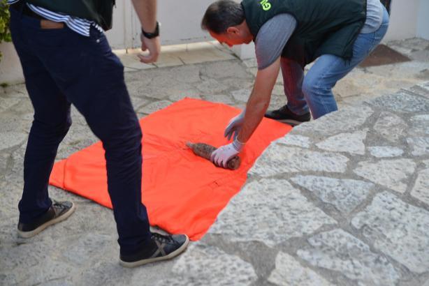 Experten des Sprengstoffkommandos der Guardia Civil wickeln die Granate in eine explosionsfeste Decke.