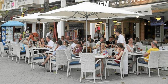 Viele Menschen auf Mallorca arbeiten in Bars und Diskotheken. Dennoch konsumieren nur wenige während der Arbeit Alkohol.