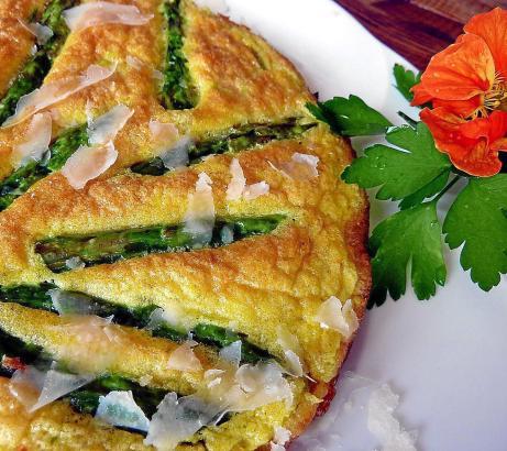 Vor dem Servieren wird die Tortilla mit gehobelten Parmesanspänen bestreut.
