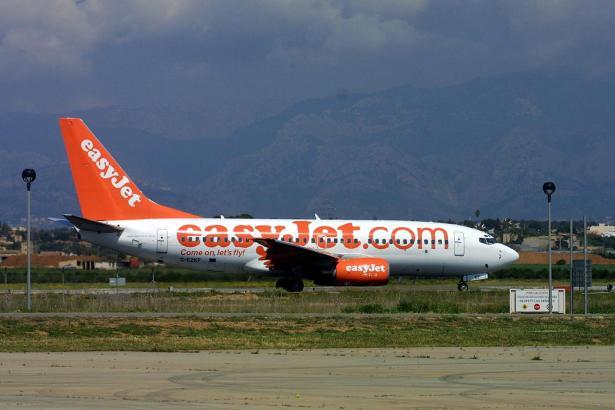 Das Archivfoto zeigt eine landende Easyjet-Maschine auf dem Flughafen von Palma de Mallorca.