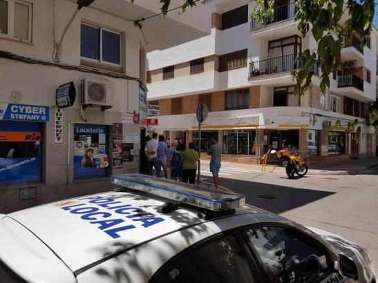 Neugierige Nachbarn beobachten die Arbeit der Polizei nach dem Tötungsdelikt in Port de Pollença im Nordwesten von Mallorca.
