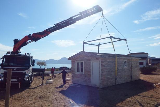 Ein Lastwagen stellt den Fertigbau-Strandkiosk in Son Serra ab