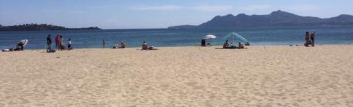 Am Strand von Port de Pollença stehen noch immer keine Sonnenschirmen oder -liegen