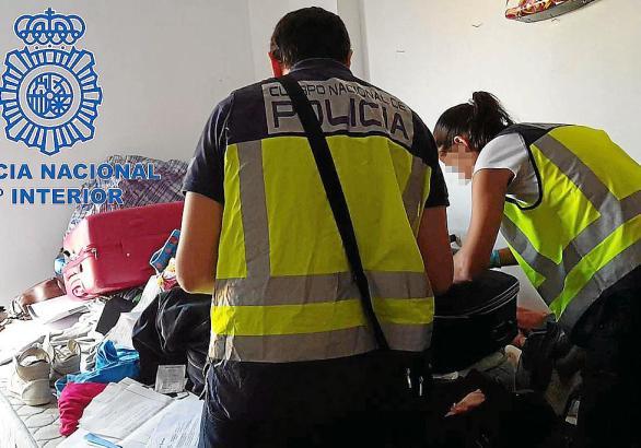 Polizisten untersuchen die Wohnungen der festgenommenen Bandmitglieder