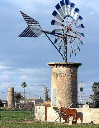 Windmühlen in der Ebene des Pla de Sant Jordi rund um Palmas Flughafen.