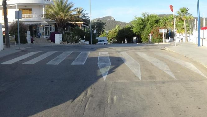 Eine nicht ordnungsgemäß angebrachte Bremsschwelle im Boden in Port d'Andratx im Südwesten von Mallorca hat den Schaden verursac