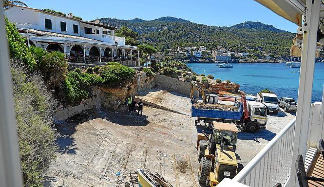 Die Bauarbeiten werden auf dem Hafenplatz durchgeführt.