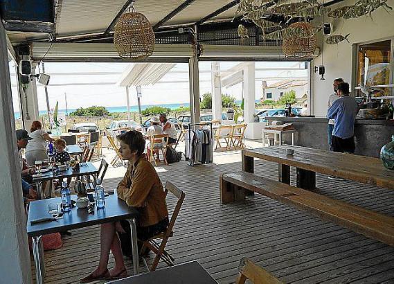 """Direkt am Traumstrand von Es Trenc liegt das """"Esperanza"""", eine Mischung aus Chiringuito, Restaurant und Weinbar."""