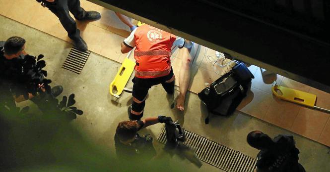 Ein Arzt behandelt das jüngste Balconing-Opfer auf Mallorca.