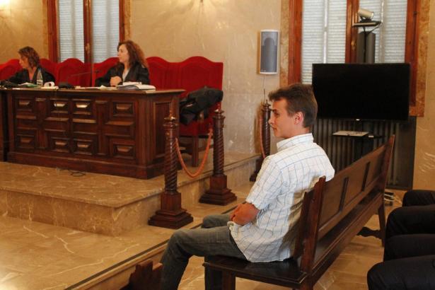 Der angeklagte Ehemann während des Gerichtsprozesses.