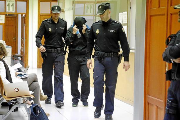 Das Archivfoto zeigt einen der festgenommenen Beschuldigten auf dem Weg zum Ermittlungsrichter.