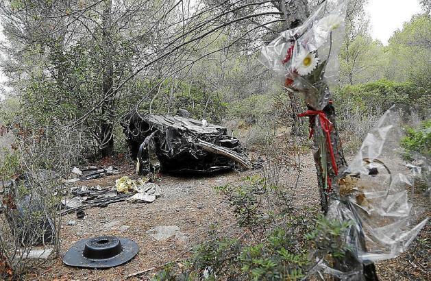 Das Wrack des BMW liegt weiterhin in dem Waldstück nahe der Andratx-Autobahn im Südwesten von Mallorca.