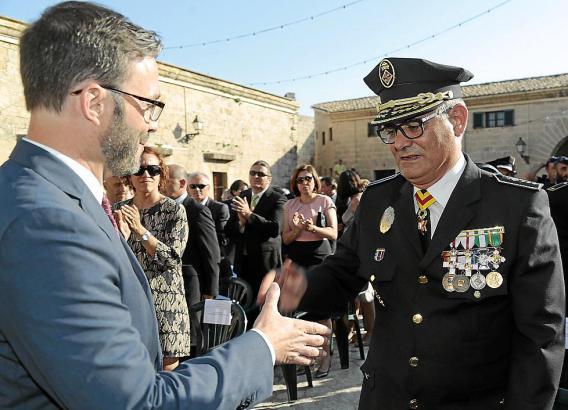 Bürgermeister José Hila begrüßt den neuen Polizeichef.