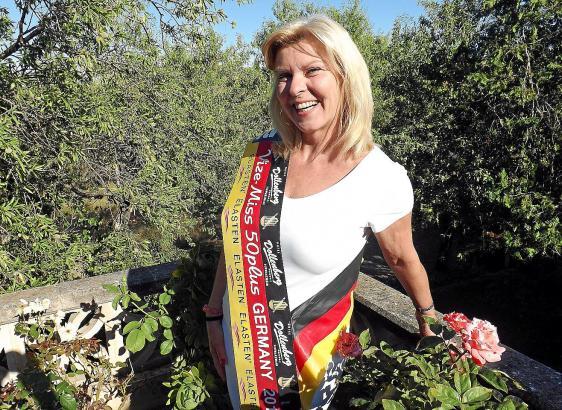 Anja Kern mit ihrer Scherpe, die sie bei der Miss-Wahl im November 2014 gewann