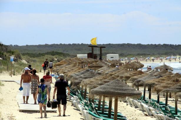 Besucher am Strand von Es Trenc.