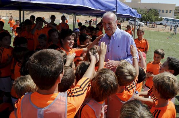 So war's im vergangenen Jahr: Vicente del Bosque zu Besuch bei seinem Sommer-Fußball-Camp auf dem Gelände der Agora-Schule in Po