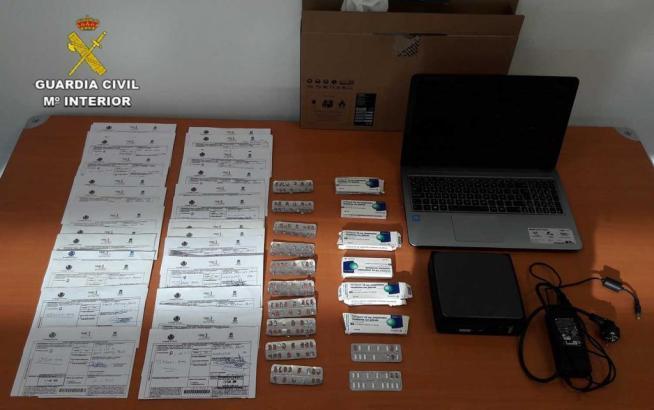 Bei der Hausdurchsuchung in Calvià im Südwesten von Mallorca konnte die Guardia Civil zahlreiche Medikamente und gefälschte Reze