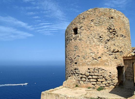 Der Torre de Cala en Basset steht in der Gemeinde Andratx, gegenüber der Insel Dragonera.
