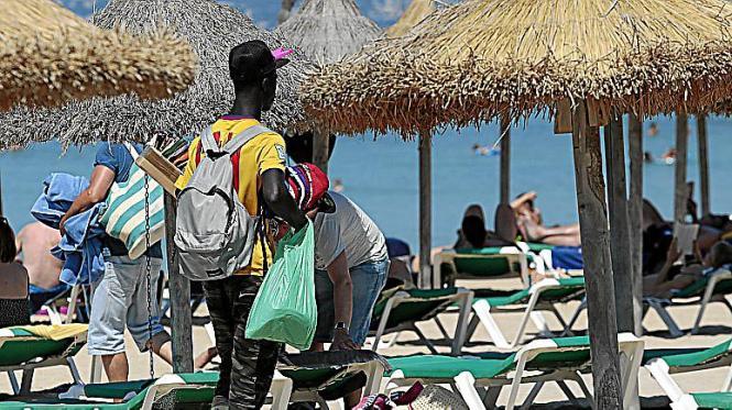 Auch an der Playa de Palma sind nun deutlich mehr fliegende Händler unterwegs.
