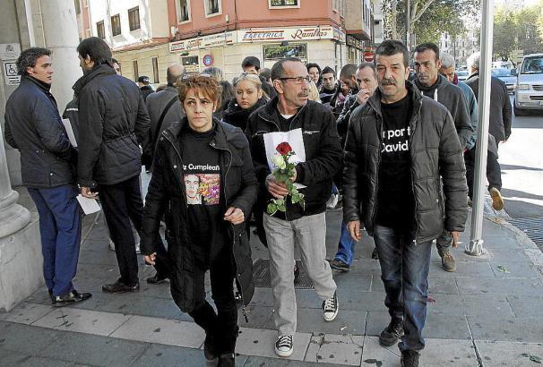 Angehörige des verstorbenen 18-Jährigen im Dezember 2014 vor dem Gerichtsgebäude in Palma de Mallorca.