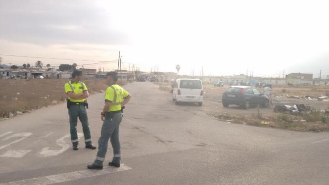 Beamte bei dem Einsatz in Son Banya, dem Drogenviertel von Palma de Mallorca.