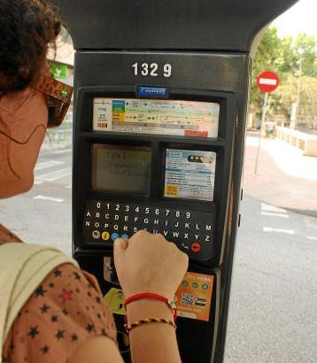 Einer der modernen Parkautomaten in Palma. Es finden sich aber auch noch ältere Geräte in den Straßen.