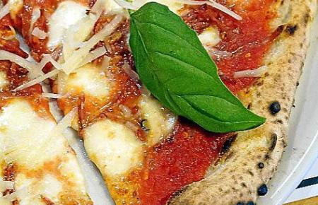 Hier sind Liebhaber neapolitanischer Pizza richtig: Im 500 Grados, wo die hauchdünne Pizza direkt aus dem Steinofen auf den Tisc