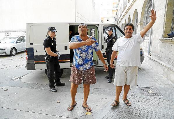 Zwei Mitglieder des Bustamante-Clans auf dem Weg zum Gericht in Palma de Mallorca im August 2015.