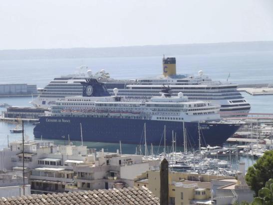 """Archivbild des französischen Kreuzfahrtschiffs """"Zenith"""" im Hafen von Palma de Mallorca."""