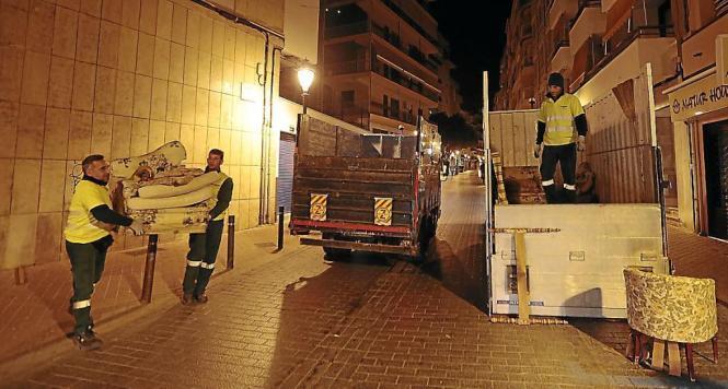 Den Mitarbeitern der Stadtwerke in Palma de Mallorca wächst das neue Sperrmüll-Abholungssystem über den Kopf.
