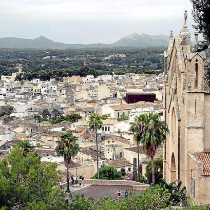 Weite Aussichten: Von der Wallfahrtskirche San Salvador aus kann man weite Teile der Llevant-Zone im Nordosten von Mallorca über