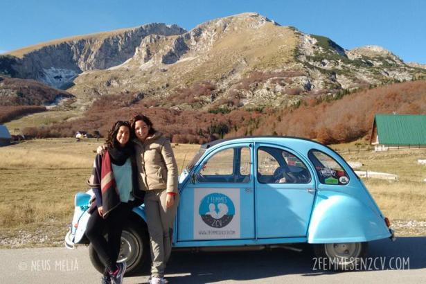 Eva Serra und Ana Vega mit ihrem Citroën 2CV.
