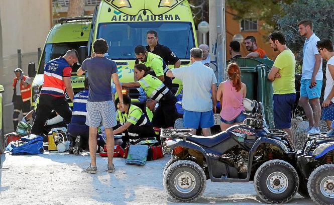 Sanitäter kümmern sich um den verletzten Deutschen an der Playa de Palma.