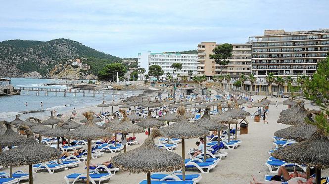 Der Strand von Camp de Mar (Gemeindegebiet Andratx) im Südwesten von Mallorca ist bei Touristen im Sommer beliebt.